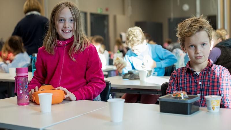 To elever på Moelv skole