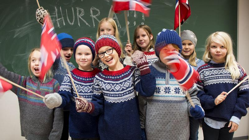 Barn som heier med flagg