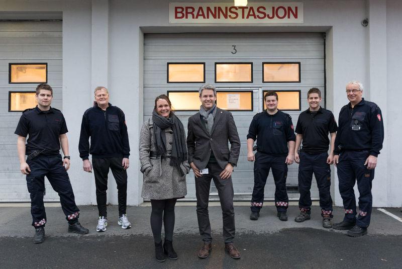 Gruppe foran brannstasjonen