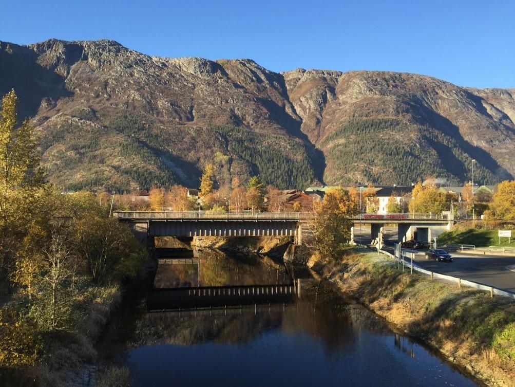 Fra gangbrua i Dolstadparken med utsikt over elva Skjervo og Øyfjellet.