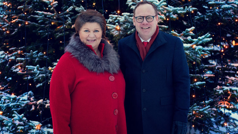 Ordfører og rådmann foran julegrana