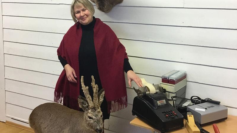 Rektor Else Margrethe Holst med noe av det som skal selges på loppemarkedet