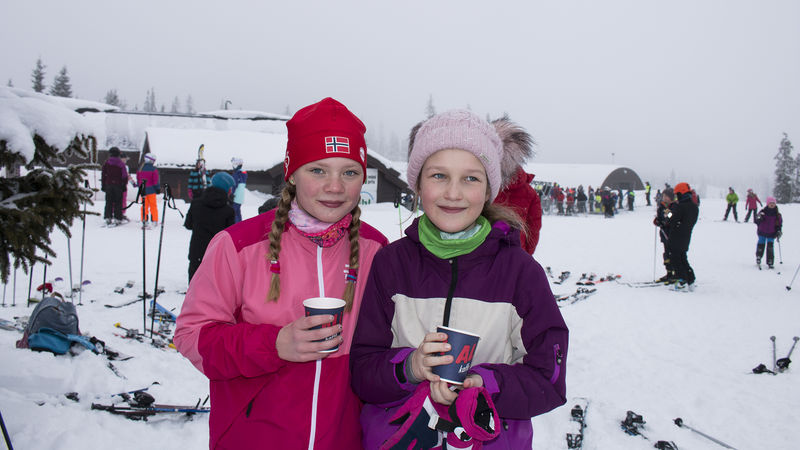 Jenter ute i fjellet