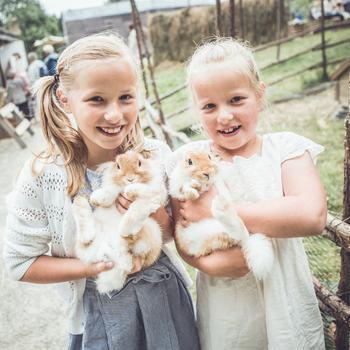 Unger med kaniner.