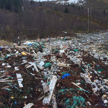 Søppel i Mefjordbotn. Fra strandryddeaksjonen 2017.