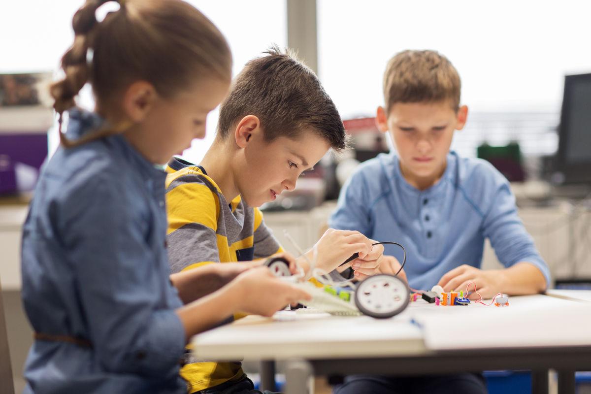 DÅRLIG TILRETTELAGT. Hørselshemmede barn har ekstra sosiale og faglige utfordringer på grunn av mangelfull tilrettelegging i barnehage og skole.