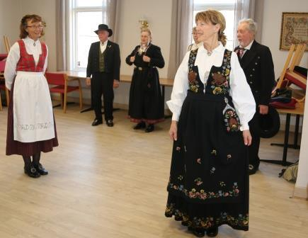IMG_2775_Leikarringen_Noreg_Rosemalerstua_Fremsyning_Bunadspresentasjon.JPG