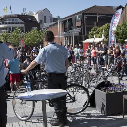 Det var mange som la inn bud på sykler under politiets sykkelauksjon.