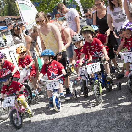Barn som deltar i sykkelritt