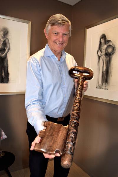 Morten Buan viser frem en med symbolsk nøkkel av tre