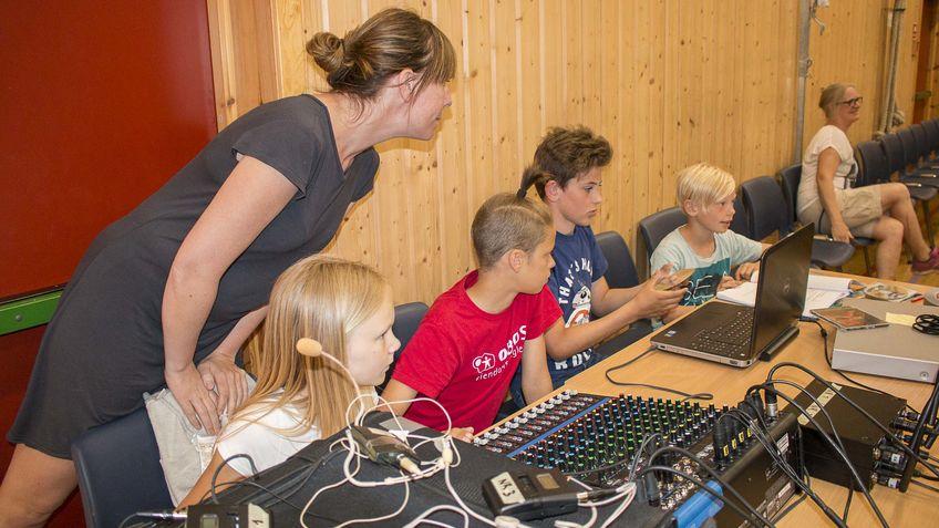 Barn med lydmikser