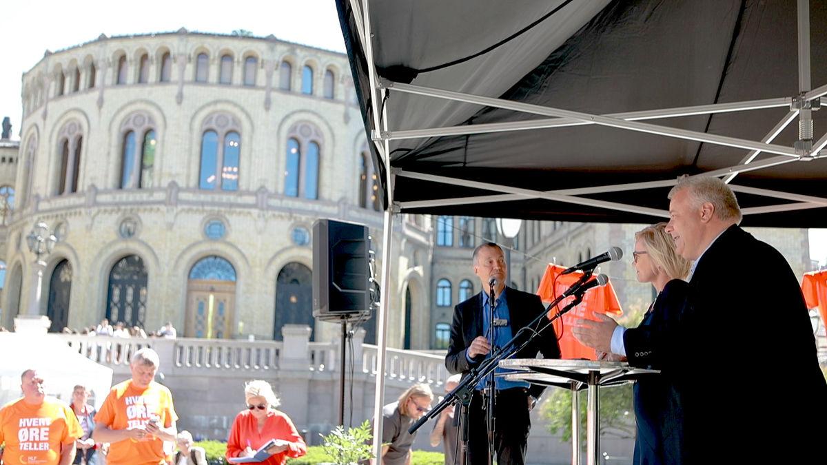ENIGE. Ingvild Kjerkol (Ap) og Bård Hoksrud (FrP) vil prioritere eldre med nedsatt hørsel. Her med debattleder Aslak Bonde (t.v.)