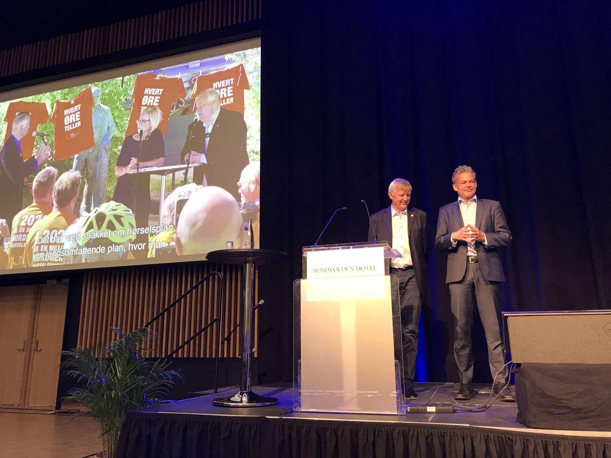 MANGE SEIRE. HLFs forbundsleder Morten Buan (til venstre) og generalsekretær Anders Hegre kunne vise til tre gode og viktige år for HLF da de gikk gjennom årsberetningene for de tre siste årene under forbundets landsmøte på Sundvolden i dag. Foto. Bjørg Engdahl