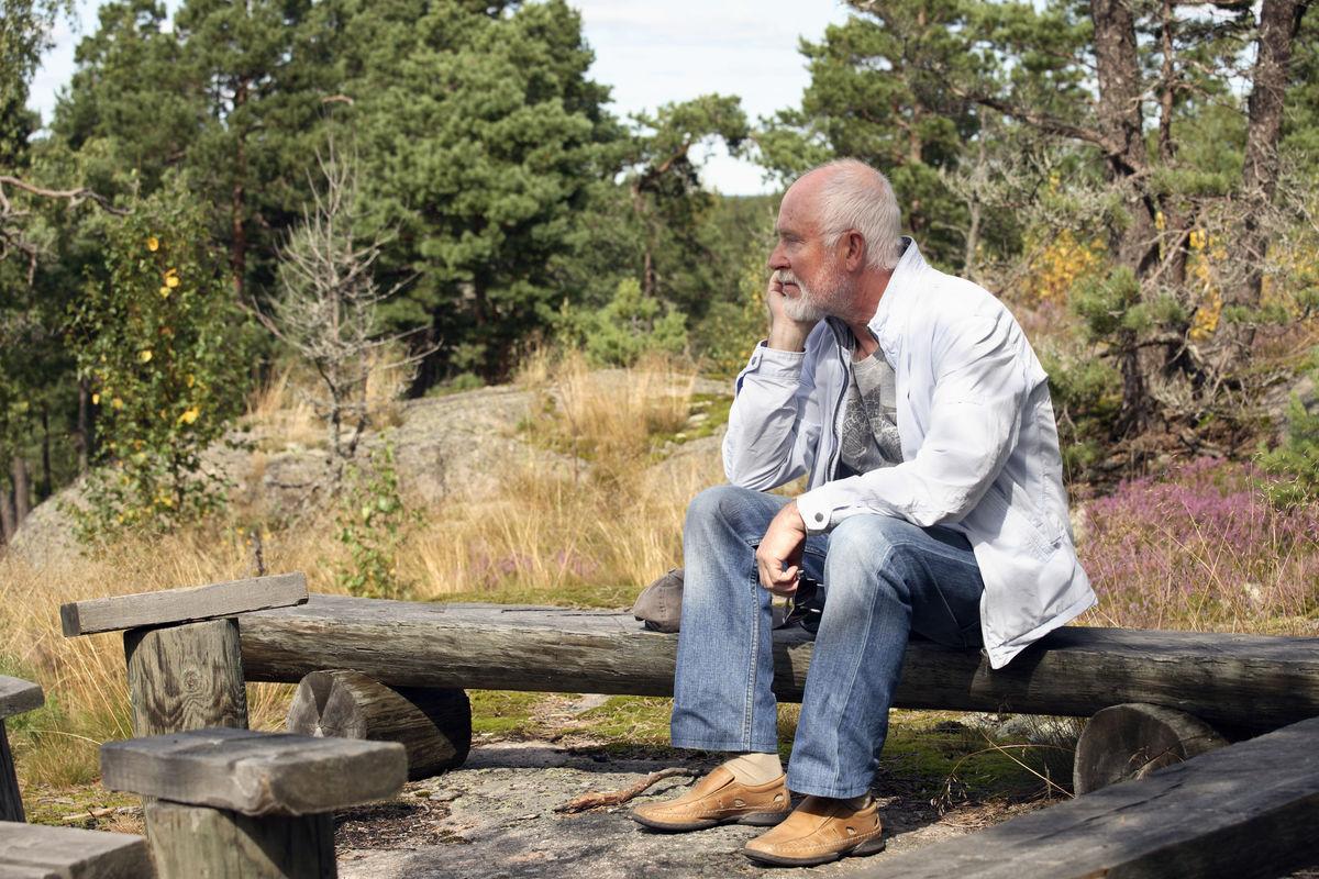 ALENE. Mange eldre med nedsatt hørsel lar være å søke hjelp, og mange blir sosialt isolert. Illustrasjonsfoto: Colourbox/Barbro Wickström
