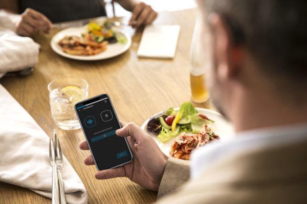 HUSKER. Ny teknologi gjør at høreapparater kan huske hvilket lydmiljø du ønsker når du for eksempel er ute på restaurant. Foto. Widex