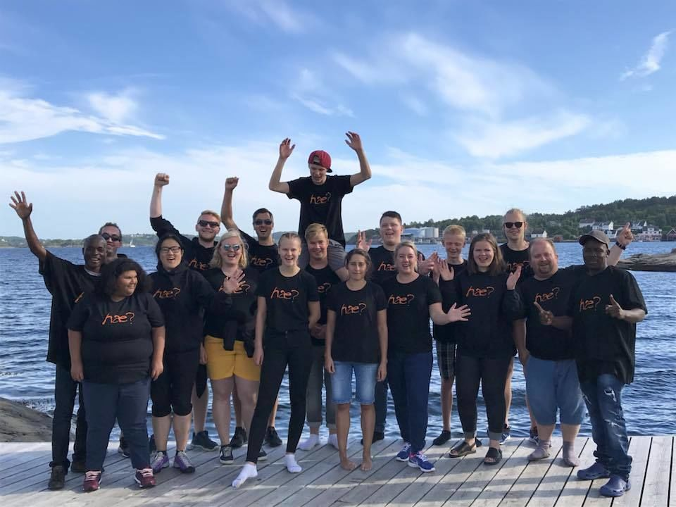 BLÅ HIMMEL. HLFUs årlige summercamp utenfor Kristiansand bød på mange aktiviteter i strålende solskinn. Foto. HLFU