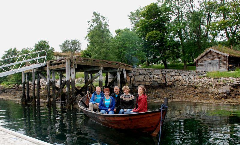 Fjord og fjell - vi ferdes både til lands- og til vanns. Deler av styret i færing som benyttes som drosje under festivalhelga i august. Bak f.v: Trond Eri og Mattis Mikkelsen, Iren Sæterbø og Rose Bergslid, foran; Ragnild Godal Tunheim.