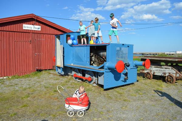 Å klatre opp på lokomotivet var populært. Her underholder noen av barna de andre besøkende med dansen ``floss``. Foto Thine Sanne Dalseg_600x397.jpg