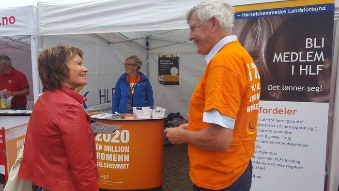 PÅ PLASS. Forbundsleder Morten Buan i samtale med Kirsten Haugland i Kreftforeningen.