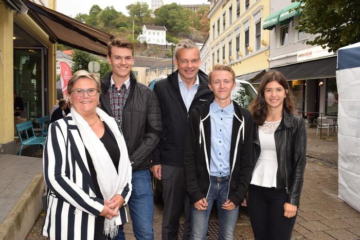 VIKTIGE STEMMER. Rektor E. Tollefsen ved Briskeby videregående skole er stolt av elevene sine. Fra venstre Lars Kristian Sundland, generalsekretær Anders Hegre og elevene Lennarth Olsen og Christina Huse.