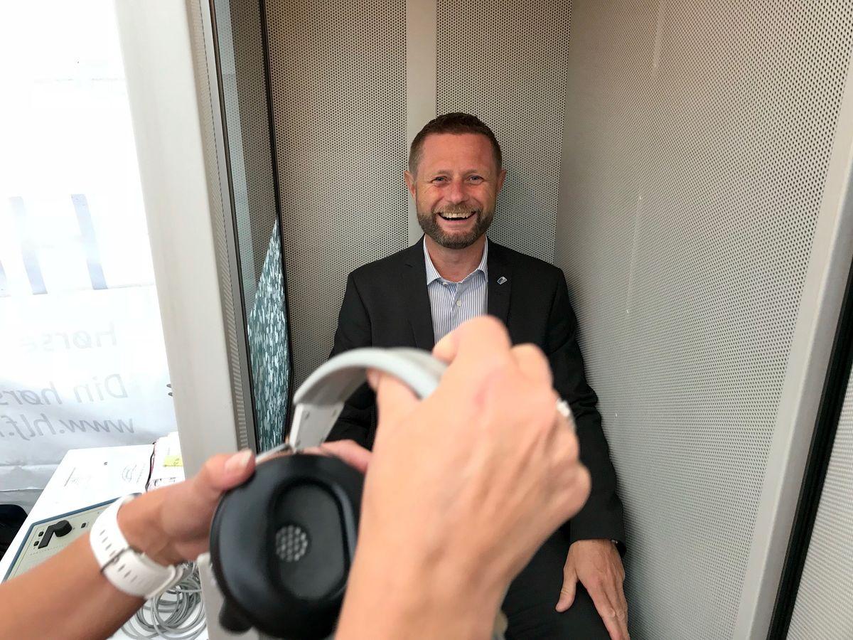 POPULÆR BOKS. Helseminister Bent Høie hadde en snarvisitt i hørselsboksen til HLF under Arendalsuka.