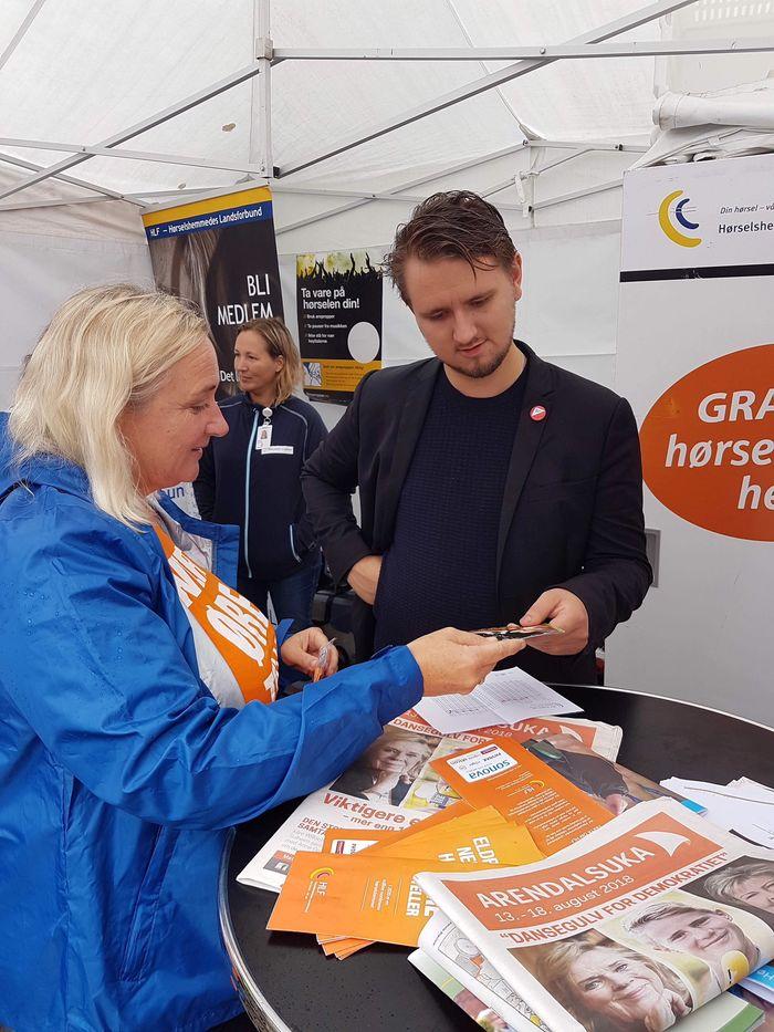 GOD INFORMASJON. Stortingsrepresentant  Freddy André Øvstegård (SV) fikk gode svar fra HLFs Merete Orholm.