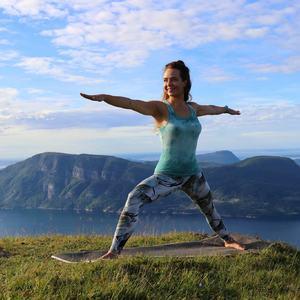 Fantastisk utsikt og yoga på Hennafjellet.