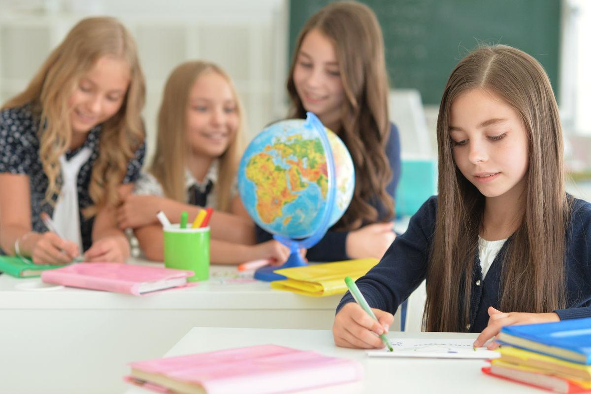 TILRETTELEGGING. Mennesker med lettere hørselstap kan lett bli oversett i skole- og arbeidsliv, men faller lett utenfor og har behov for tilrettelegging på lik linje med andre.Illustrasjonsfoto. Colourbox