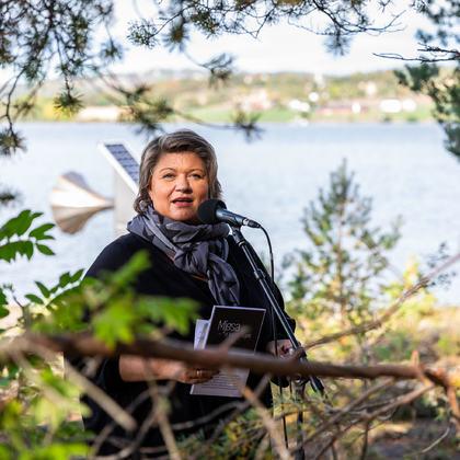 Ordfører Anita Ihle Steen med kunstverket «Tåkeluren» i bakgrunnen