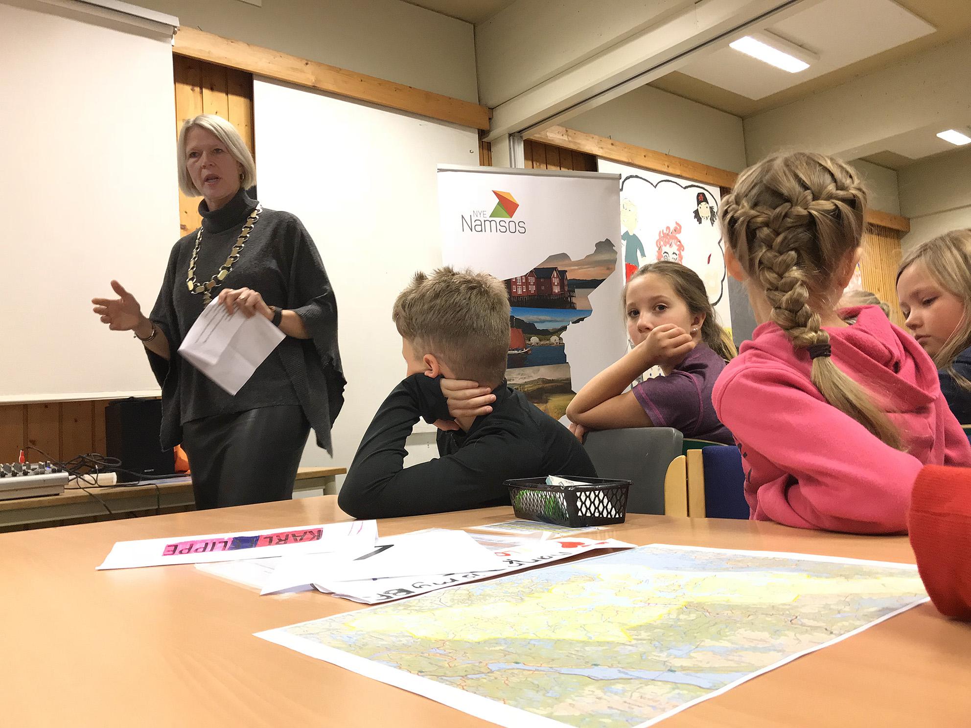 Ordfører Arnhild Holstad på besøk, Høknes barneskole