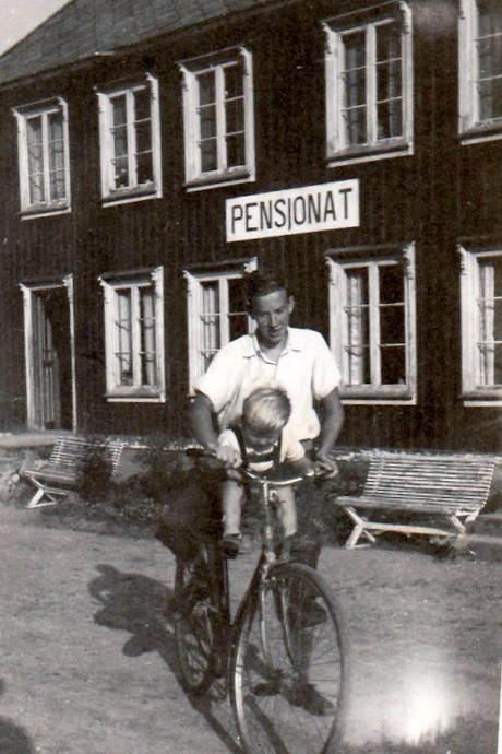 Odd Bolme på sykkel med onkel Fredrik Løset.jpg