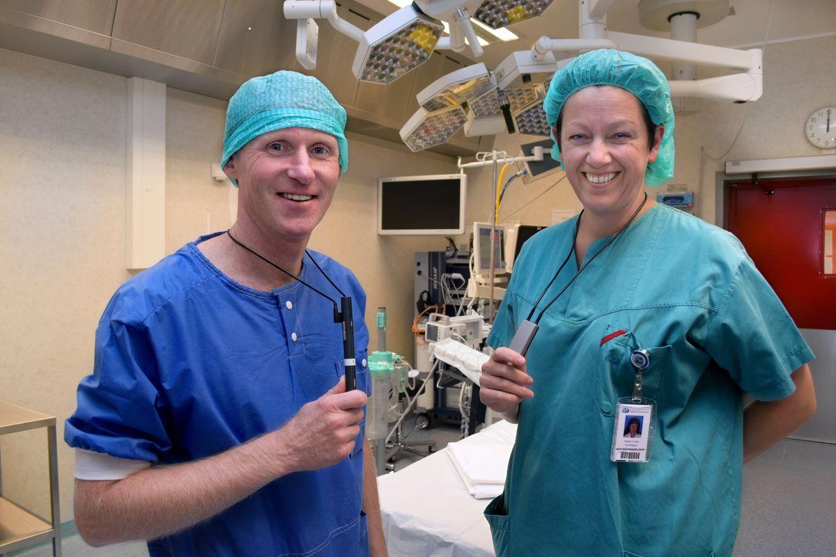 BEDRE HØRSEL. Ortoped Helge Wangen synes det er helt uproblematisk å få Roger Pen rundt halsen når han samarbeider med høreapparatbruker og operasjonssykepleier Karen Lovise Nordhagen.
