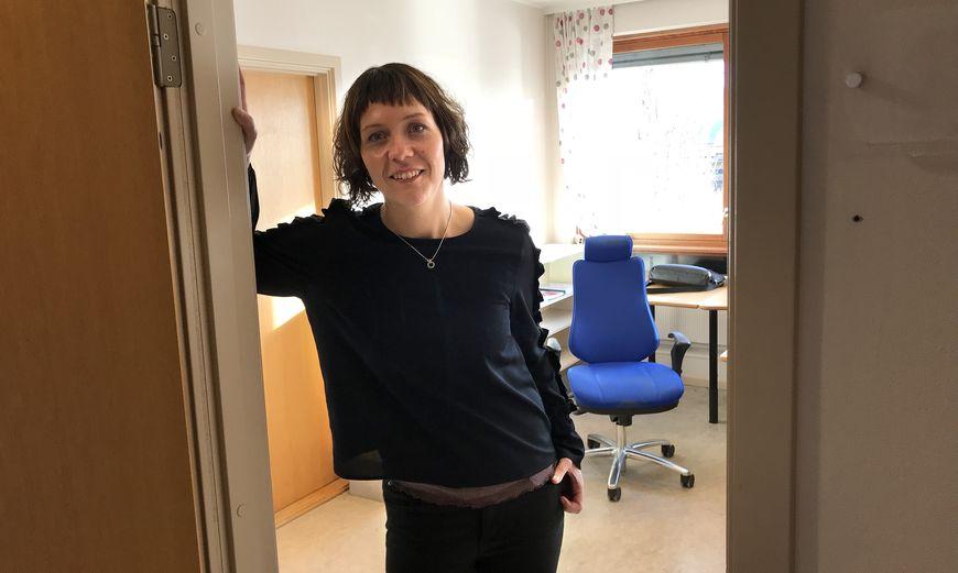 Ann Evy Duun i kontordøra si