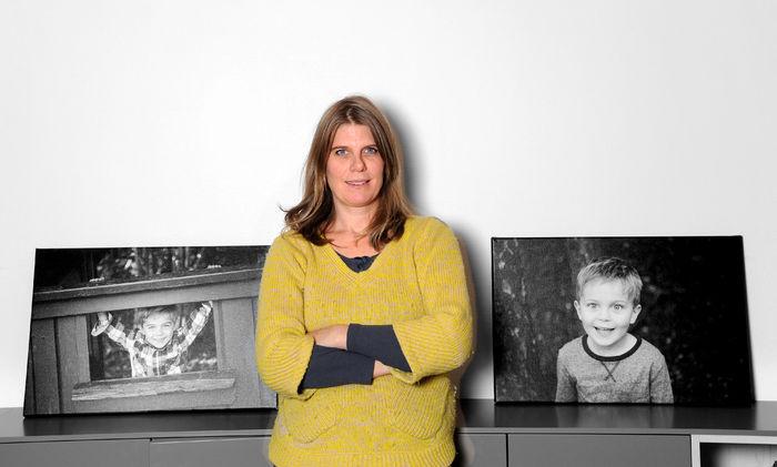 Mette Strømsted med bilder av sønnen Leon og Aksel