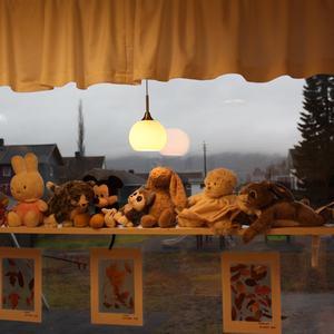 Bilder av mange kosedyr i vinduet på Bamsebo
