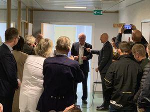 Leiar i Sogn regionråd Jan Geir Solheim klipper snora