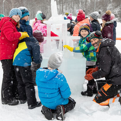 Elever som lager iskunst