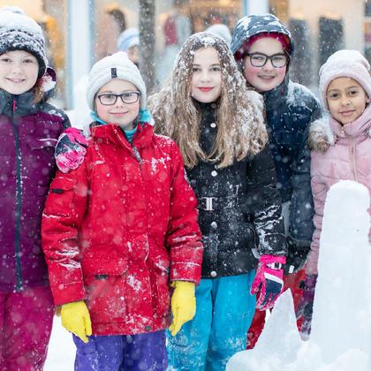 Jenter foran isskulptur