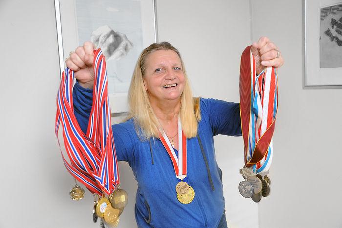 VERDENSMESTER. 59 år gamle Dot Elisabeth Bergh fra Bærum har ingen planer om å legge opp som parautøver. I juli blir hun storfavoritt på hjemmebane når VM i vannski arrangeres på Skarnes.