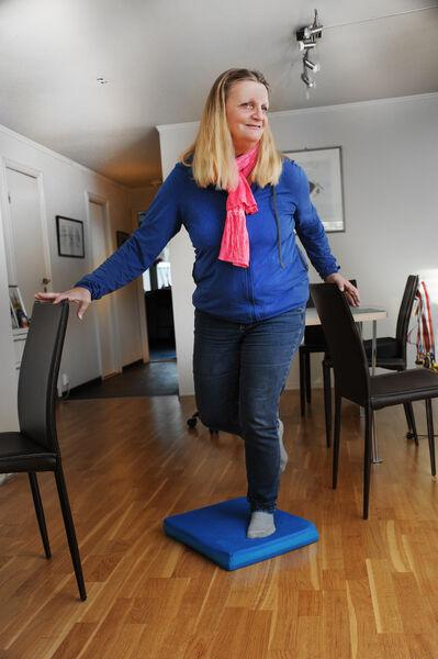 HJEMMETRENING. Dot tror mange med nedsatt hørsel undervurderer hvor viktig det er med god balanse. Selv trener hun jevnlig på balanseputer både hjemme og på treningssenter.