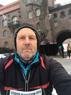 Henne klar for sitt 150. maratonløp utenfor Stockholm Stadion.