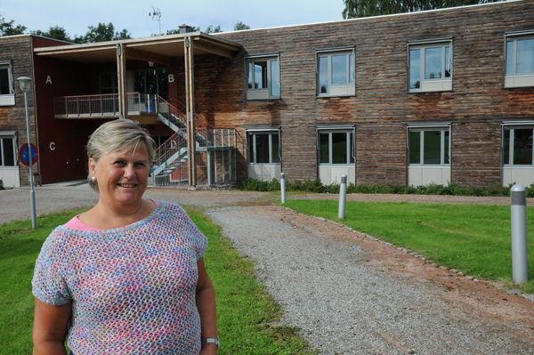 PLASS TIL FLERE. Rektor Berit E. Tollefsen ved Briskeby vgs vil gjerne ha flere elever til kommende skoleår. Her foran hybelbygget som rommer 24 elever.