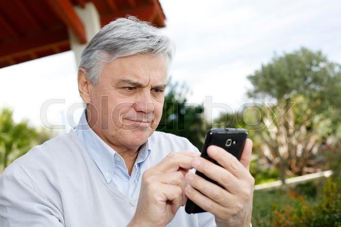 TELEFONEN STYRER. Via mobilapper kan vi i dag styre lyden i høreapparatet. I fremtiden vil denne teknologien bli enda mer avansert, spår fagfolk. Illustrasjonsfoto Colourbox
