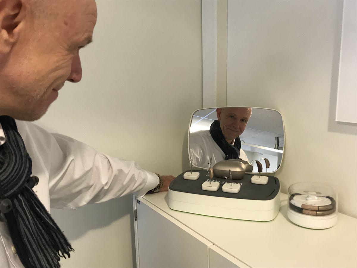 OPTIMIST. Leder Øystein Vilsvik i Phonak Wireless mener hørselshemmede vil få stadig bedre utstyr, ikke minst tilleggsutstyr til sine høreapparater. Foto Tor Slette Johansen