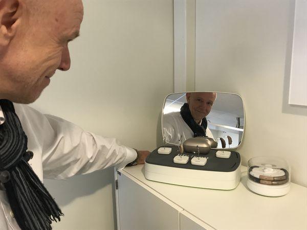 OPTIMIST. Leder Øystein Vilsvik i Phonak Wireless mener hørselhemmede vil få stadig bedre utstyr, ikke minst tilleggsutstyr til sine høreapparater. Foto Tor Slette Johansen
