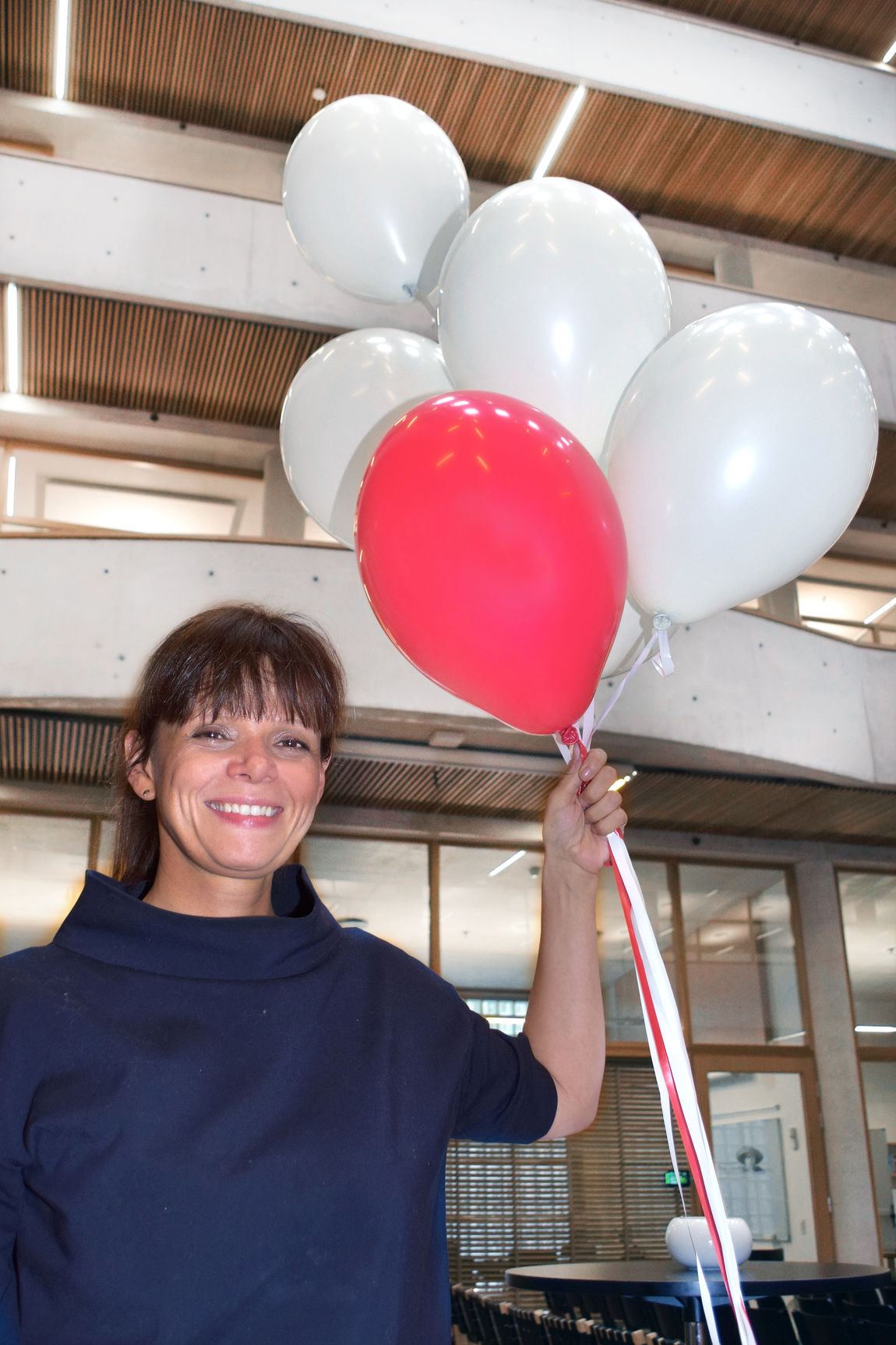 SKILL DEG UT! Forsker og forfatter Katharine Cecilia Williams oppfordrer hørselshemmede til å gjøre seg mer synlig. - Vær en rød ballong, istedet for å være en usynlig hvit ballong, lyder hennes oppfordring.