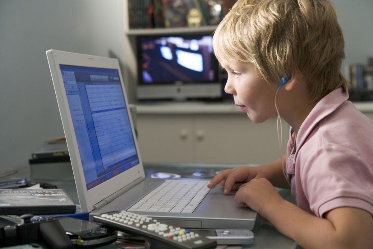 NY TEST. På HLFs hjemmeside kan barn nå teste hørselen sin med hjelp av et dataspill.Illustrasjonsfoto. Colourbox