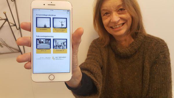 NY APP. Audiopedagog Bente Ørebeck med den nye appen som skal hjelpe mennesker som sliter med tinnitus.