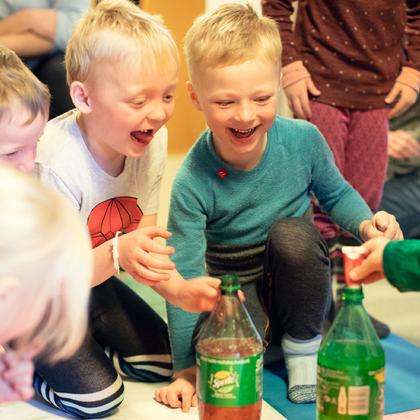 Barn som leker med brus og mentos