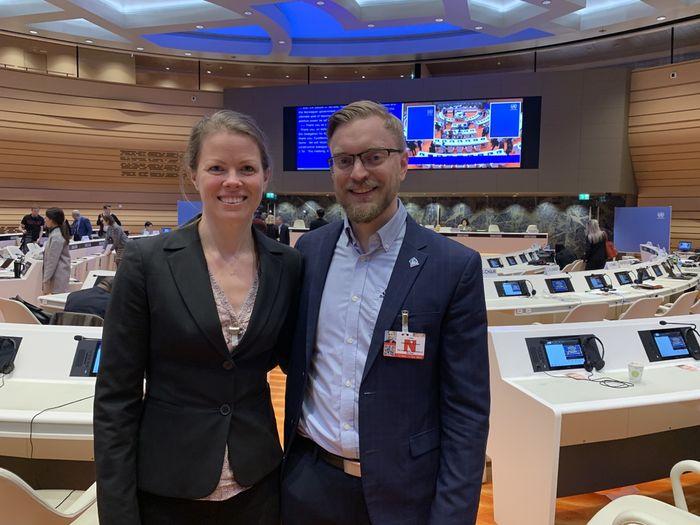 KJEMPER SAMMEN. Interessepolitisk rådgiver Marte Oppedal Vale i HLF og generalsekretær Petter Noddeland i Norges Døveforbund har fulgt FN-høringen i Geneve.